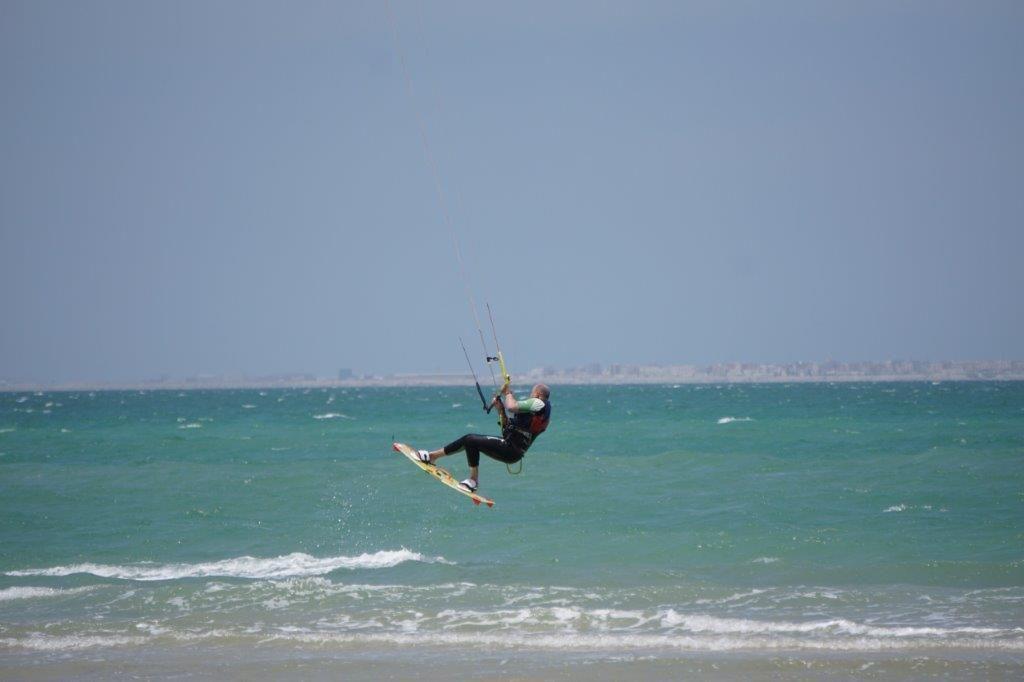 Kitesurfing w cienkiej piance zapewnia wystarczający komfort