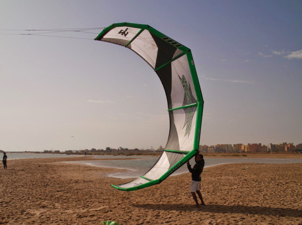 Beach boye zawsze chętnie pomagają startować i lądować latawce