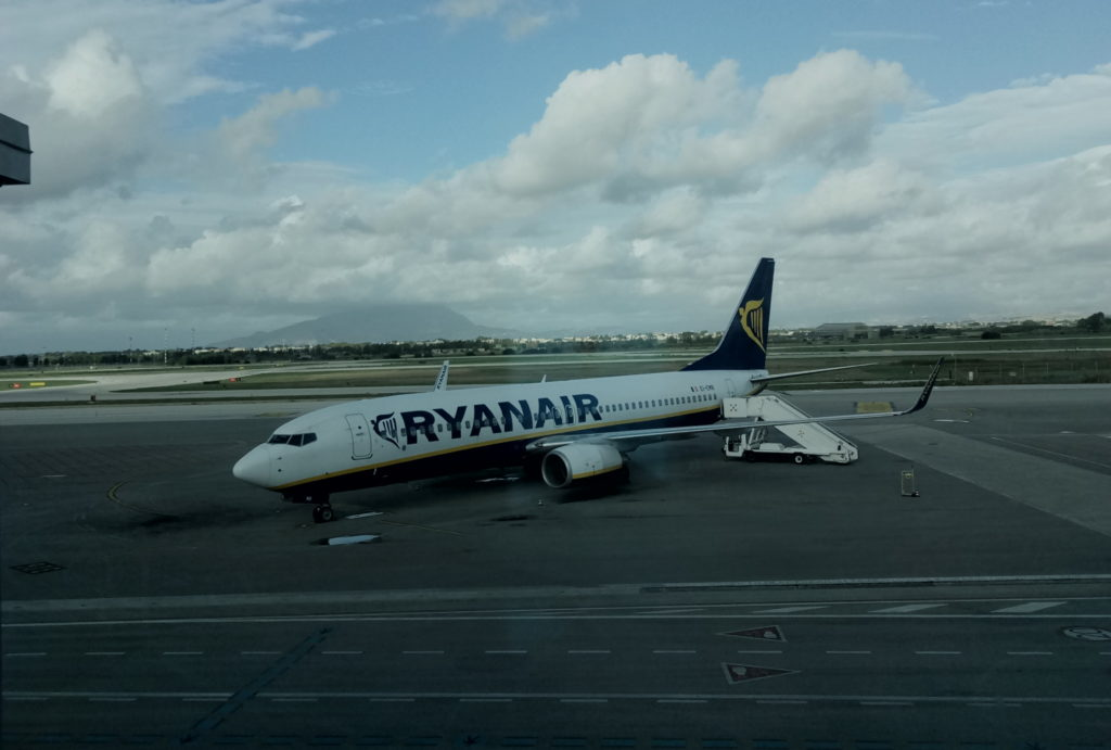 Samolot Ryanair na lotnisku w Trapanii