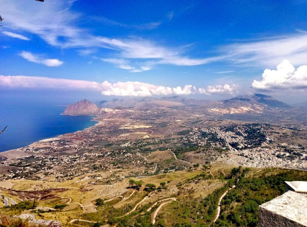 Widok z Erice. NA horyzoncie po lewej majesatyczne Monte Cofano.