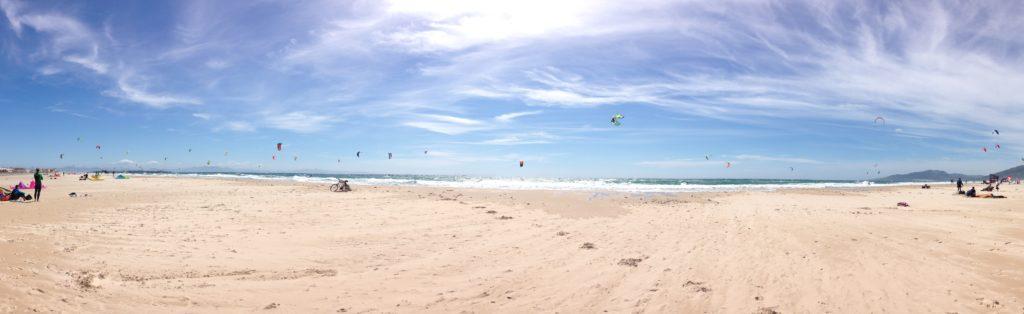 Plaża Los Lances w kwietniu, jak widać małe zatłoczenie, piękny równy wiatr Poniente. Idealnie na kitesurfing.