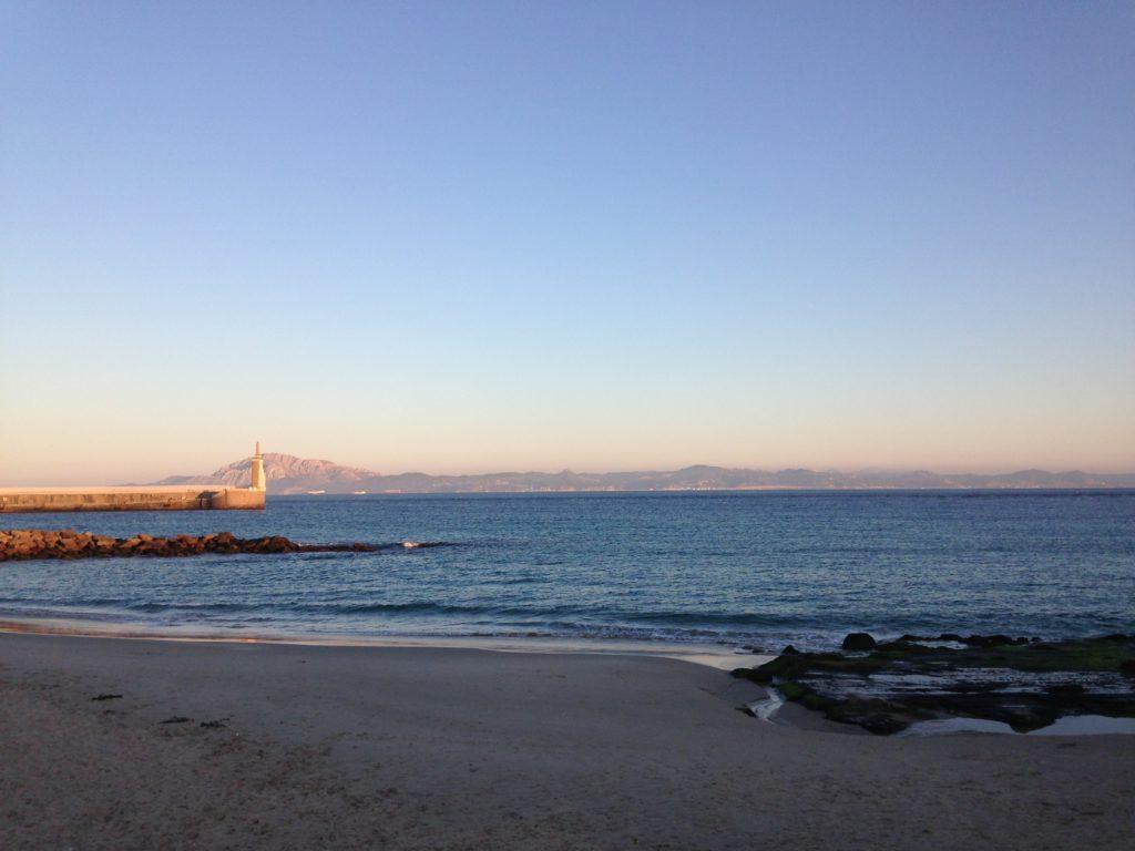 Odpływ na plaży Balneario. W tle Marokańskie wybrzeże.
