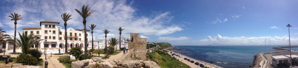 Tarifa od strony morza Śródziemnego, w tle widok na Maroko.