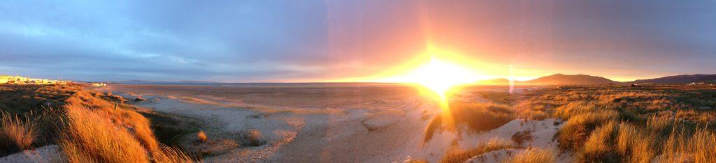 Plaża Los Lances. Magiczny zachód słońca nad oceanem.