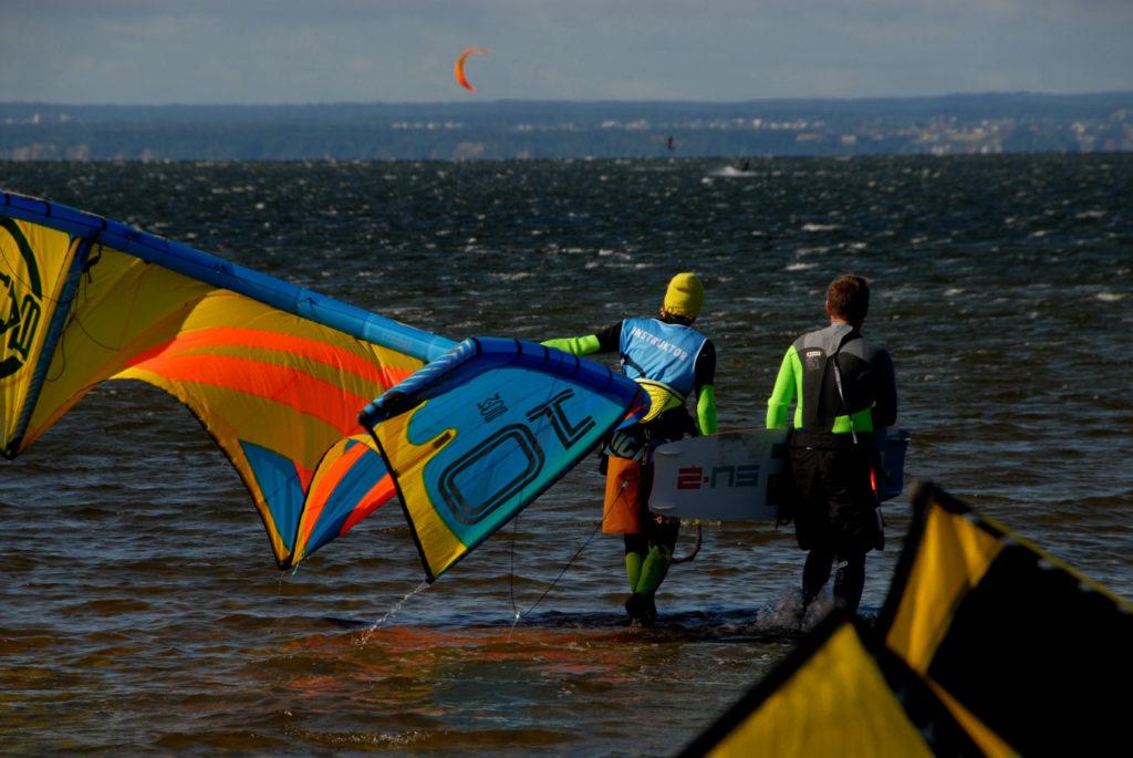 Jastarnia, nad zatoką ulokowane jest wiele szkółek kitesurfingu