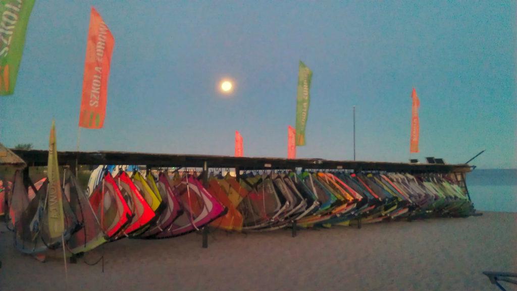 Jastarnia, akwen dzielony jest między kitesurferów i windsurferów