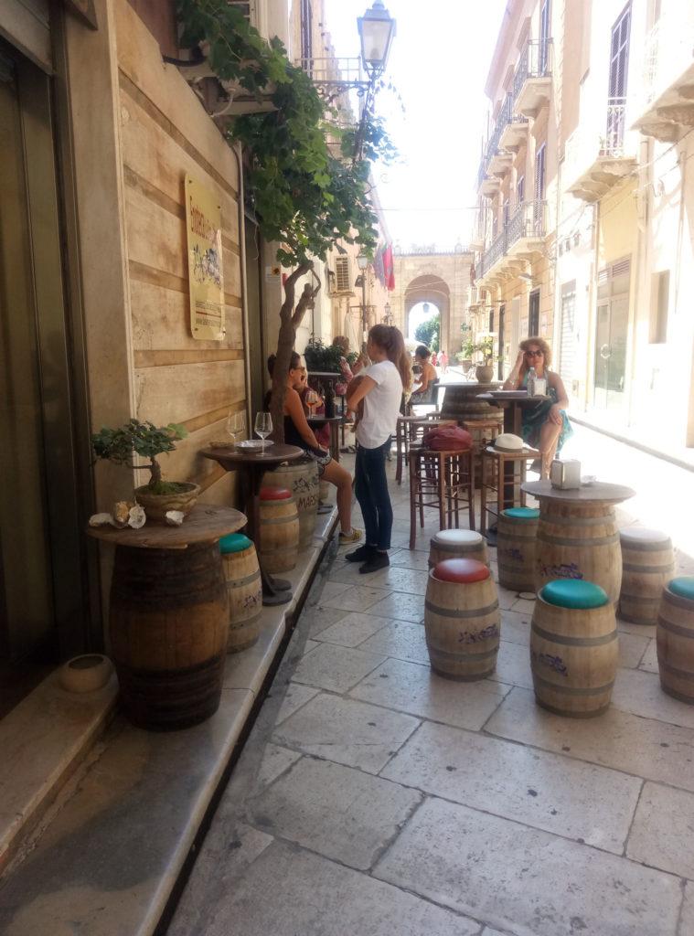 Wąskie uliczki starówki w Marsali