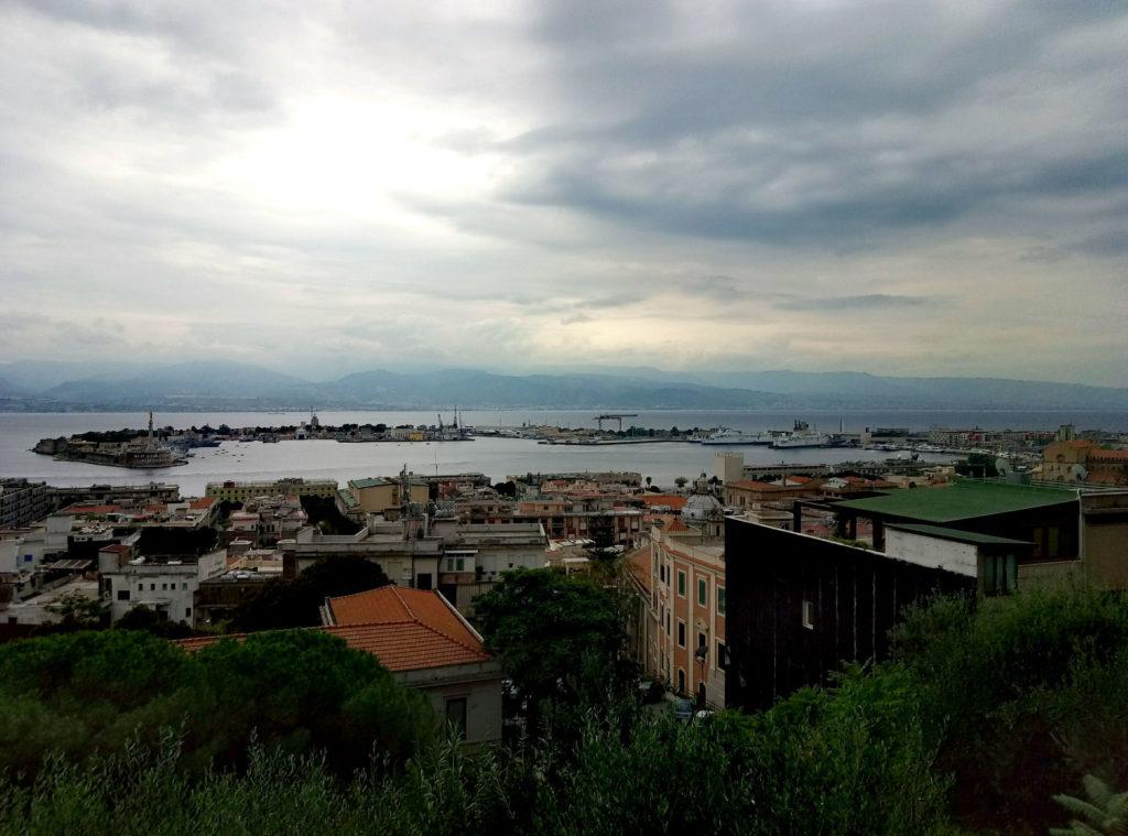 Mesyna. Góry na horyzoncie to już kontynentalne Włochy.