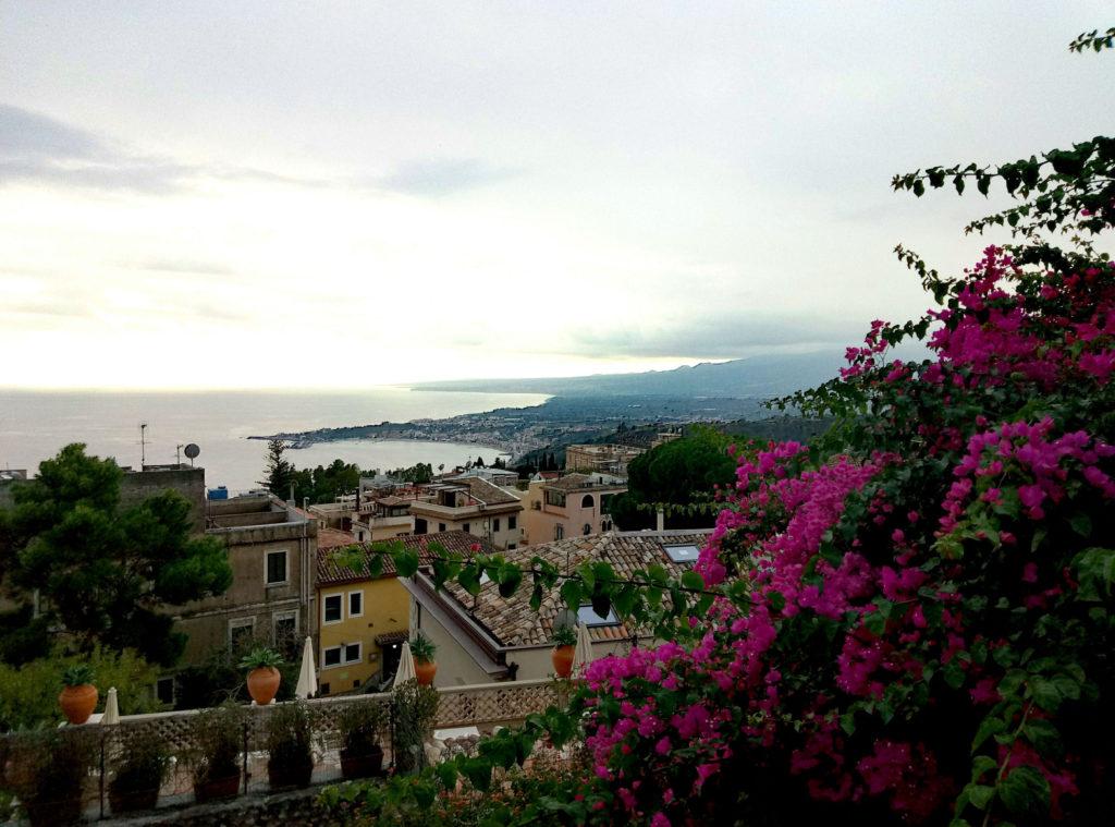 Widok z Taorminy na zatokę i ogrody