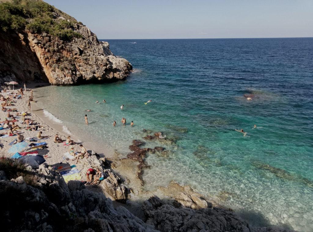 Kąpiele w morzu otaczającym rezerwat Lo Zingaro są jak najbardziej dozwolone