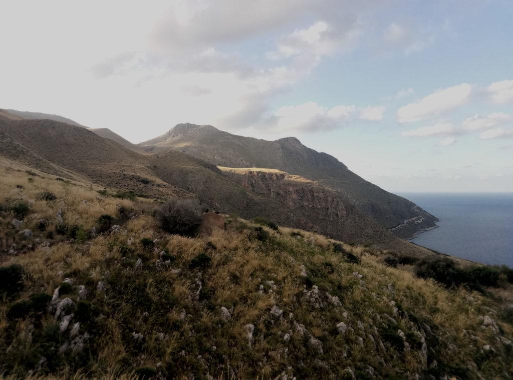 Widok z górskiej ścieżki w Lo Zingaro