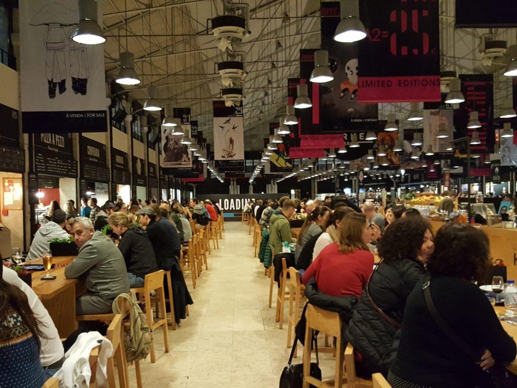 Możemy zjeść portugalska kolację w hali targowej Mercado da Ribeira