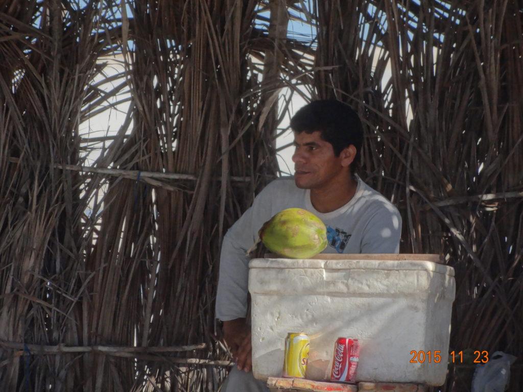 Brazylijczycy są przyjaźni i chętnie nawiązują kontakty. Eugenio zaopatruje kitesurferów na lagunie w grillowane ryby i napoje.