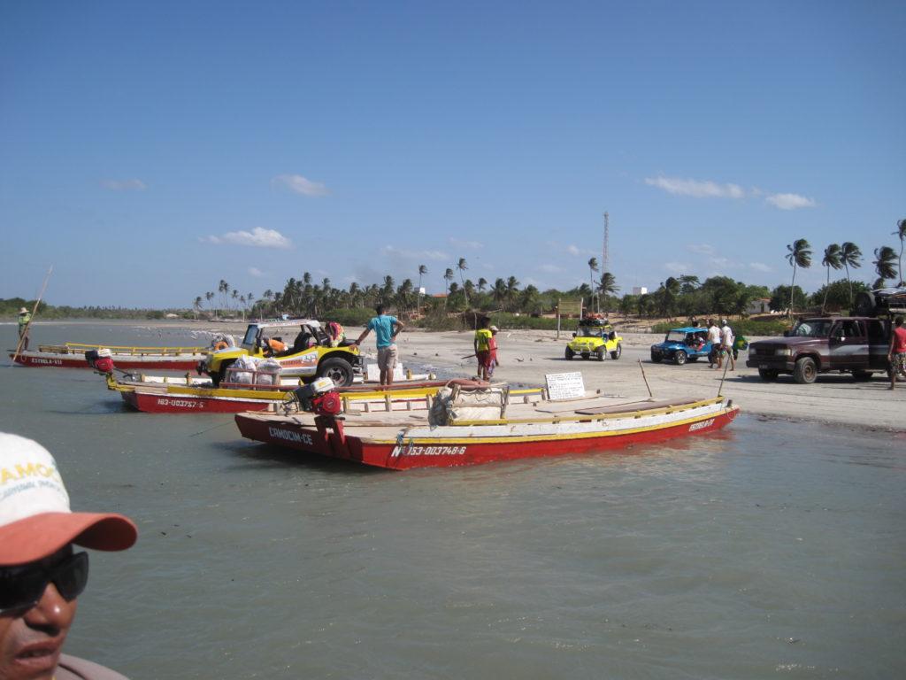 Po drodze na laguny mogą nas czekać przeprawy przez wodę na prymitywnych promach.