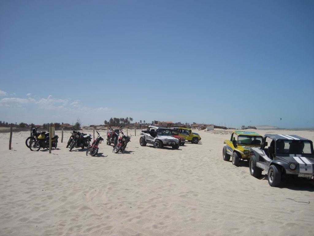 """Często do miejsc, gdzie uprawiamy Kitesurfing trzeba dojechać po plaży. Doskonały do tego jest """"buggies"""". Lokalni mieszkańcy częściej korzystają z motocykli"""