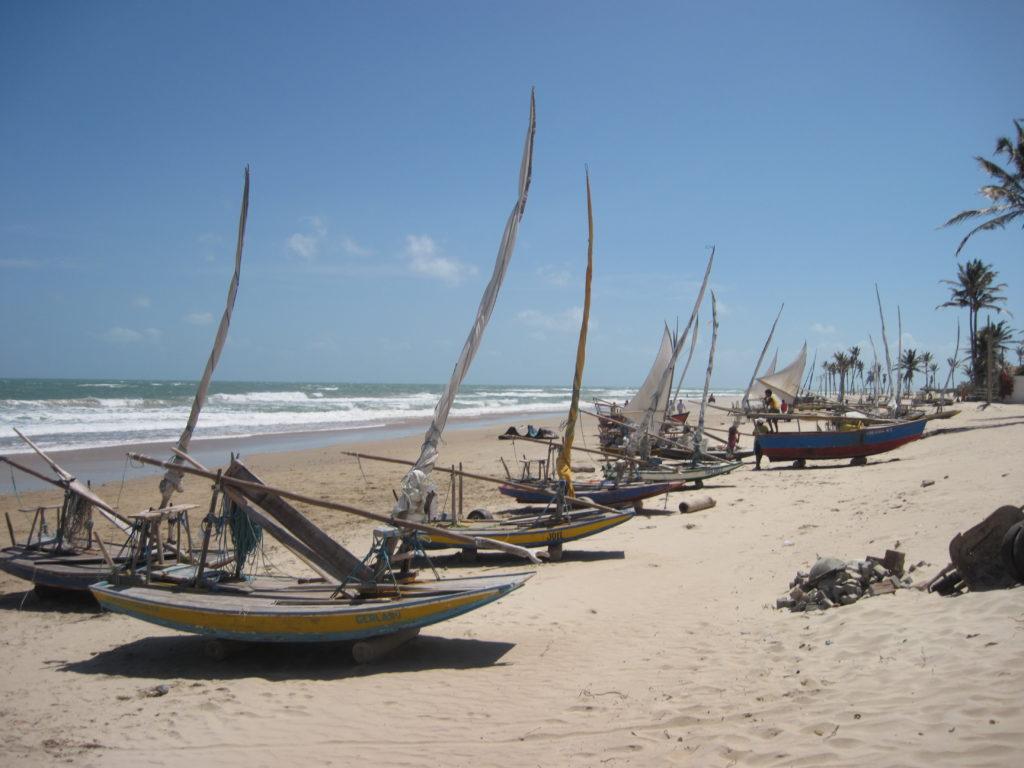 Brazylia: łodzie rybaków na plaży w Guajiru.