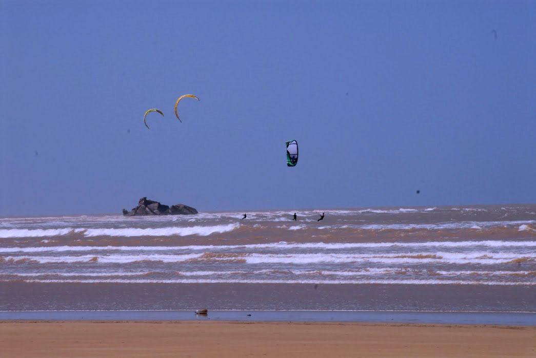 Woda na spocie w Essaouirze jest mocno zafalowana. Może utrudniać naukę kitesurfingu