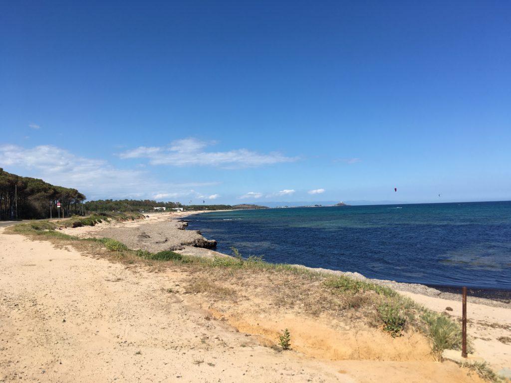 Przy wietrze z południa, południowe wybrzeże Sardynii oferuje wiele plaż z których można uprawiać kitesurfing