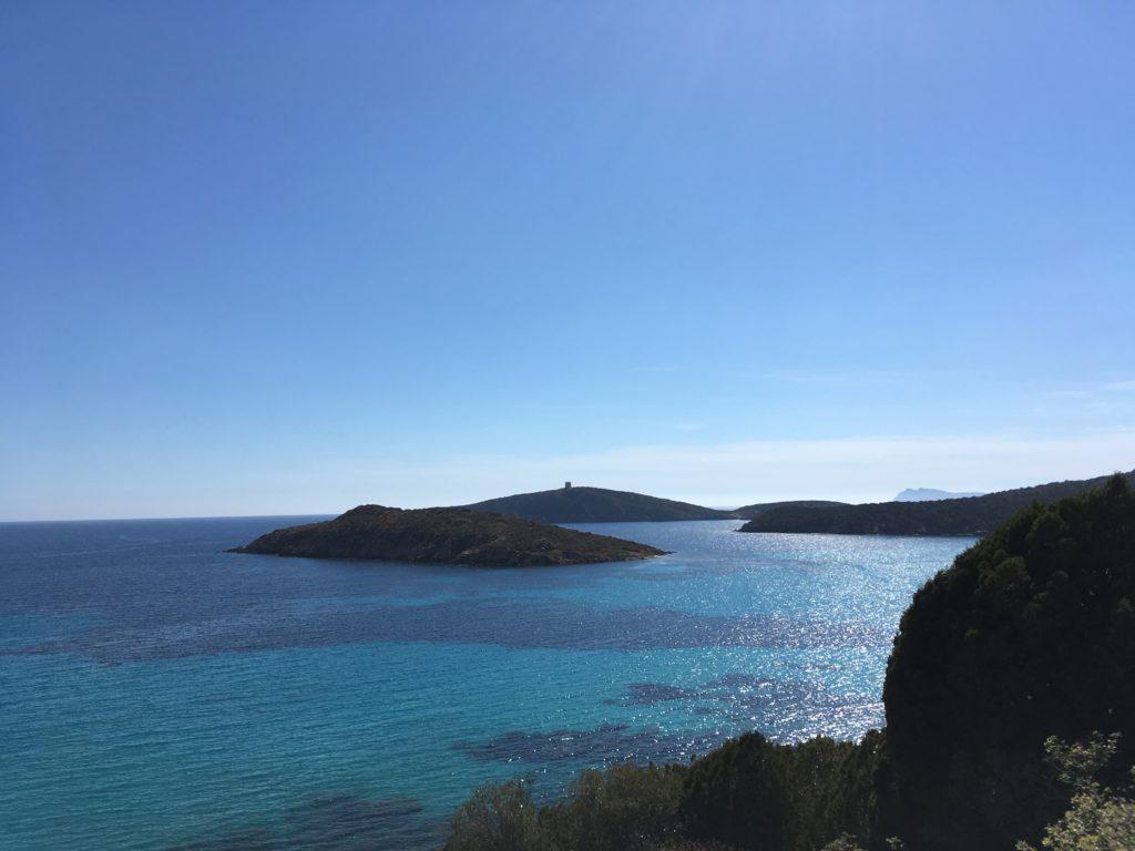 Drogi wzdłuż wybrzeża Sardynii oferują wspaniałe widoki
