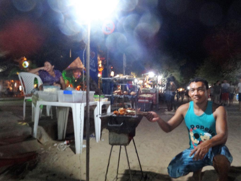 Zamiast obiadu w restauracji, można skorzystać z oferty ulicznego grilla