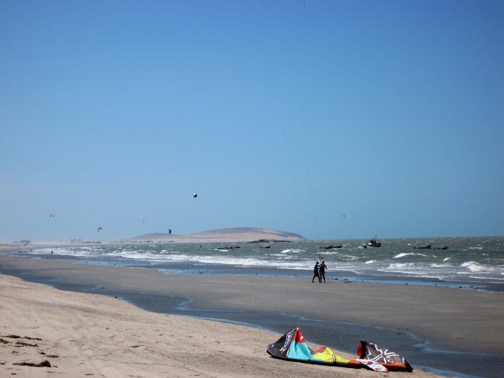 Kitesurfing w Prea. W tle wydma w Jericoacoara