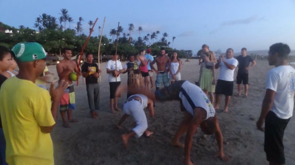 Odpoczywając od sportów wodnych, możemy zapisać się na lekcję capoeira...