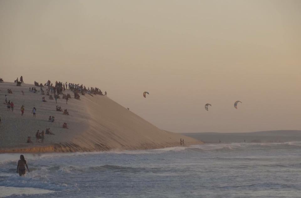Wieczór na wydmie w Jeri - tłumy czekające na zachód słońca nad oceanem. W tle ostatni downwind do Jeri.