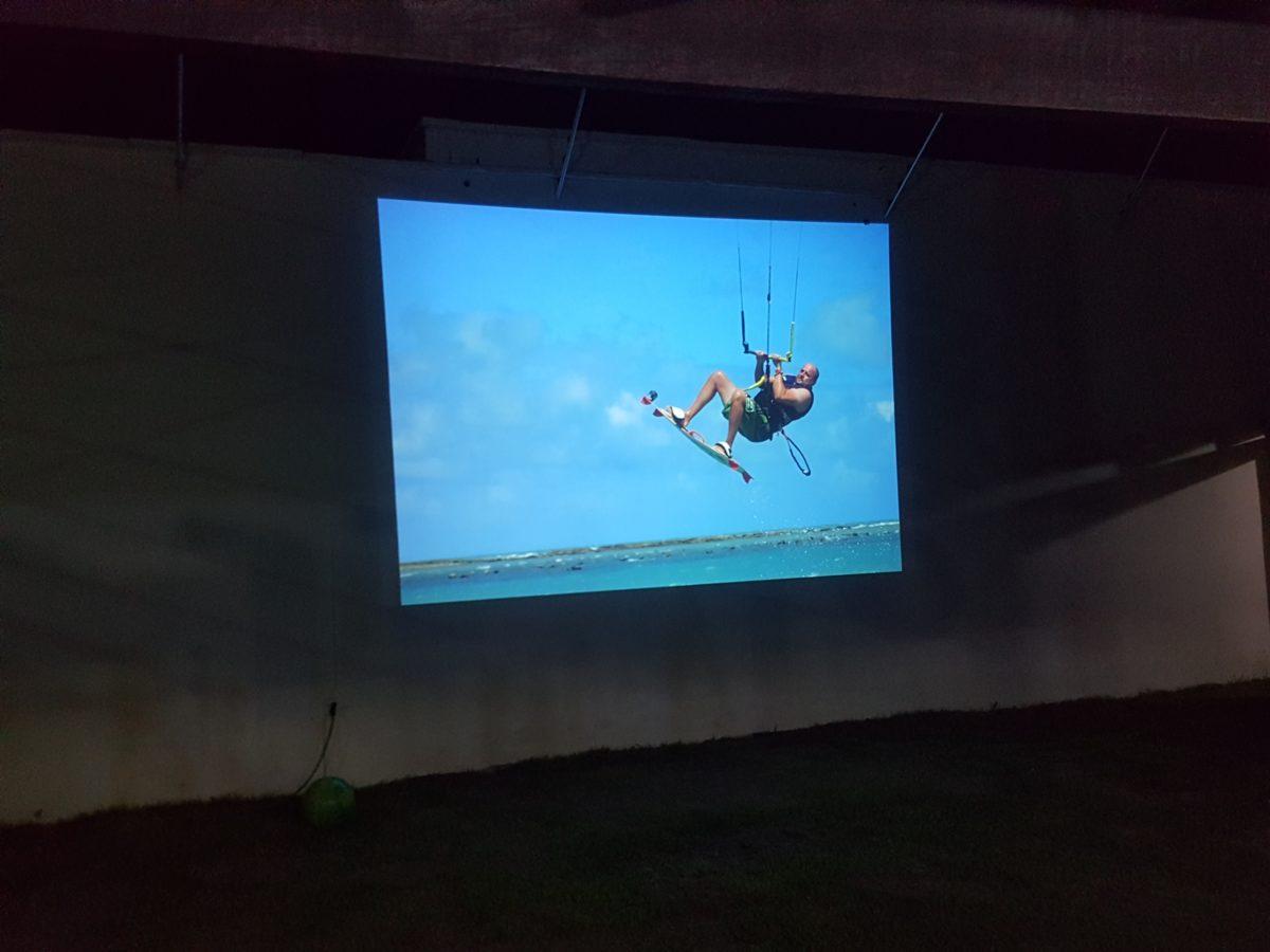 Wieczorny pokaz na ścianie baru Windpaparazzi