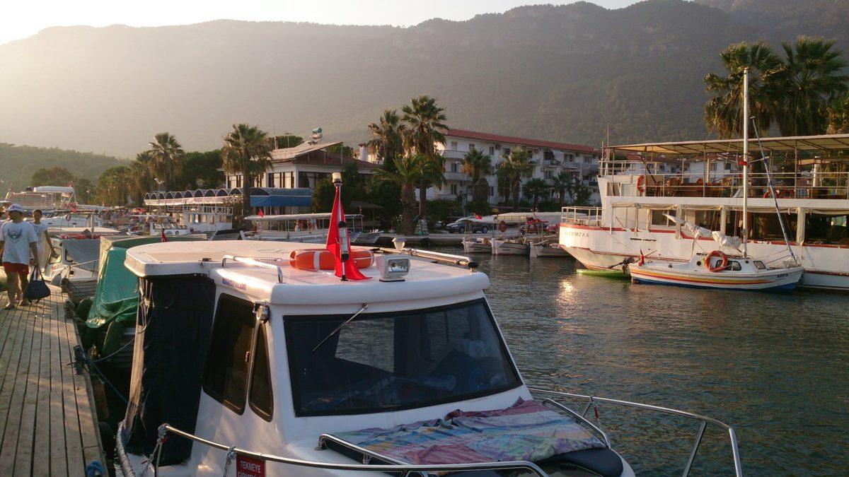 Akyaka to uroczy, niewielki kurort, gdzie oprócz kitesurferów spotkamy raczej tureckich wczasowiczów