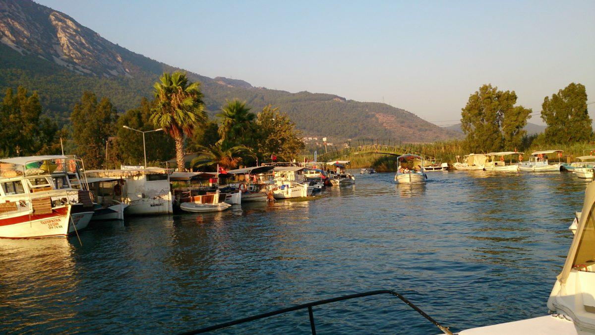 Portowy kanał z rybackimi i turystycznymi łódkami