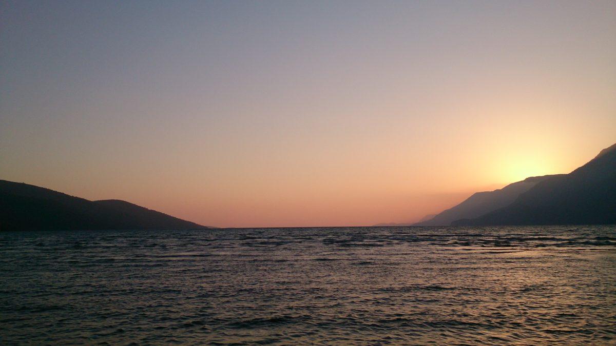 Układ gór wokół zatoki tworzy warunki dla powstawania bardzo stabilnego wiatru termicznego.