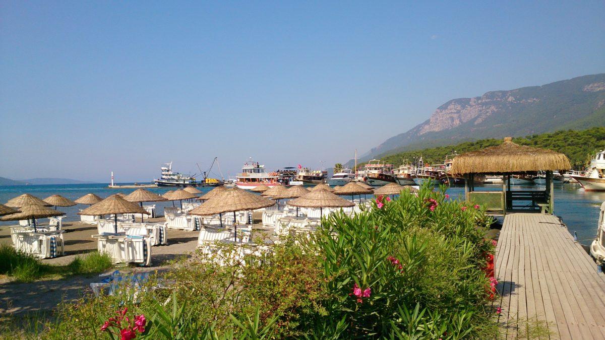 Przy samej miejscowości znajduje się typowa plaża dla wczasowiczów. Druga plaża, gdzie znajdują się bazy kitesurfeingowe, oddalona jest o około 15 minut spaceru.