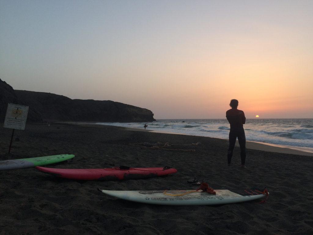 Surfing w La Pared o zachodzie słońca