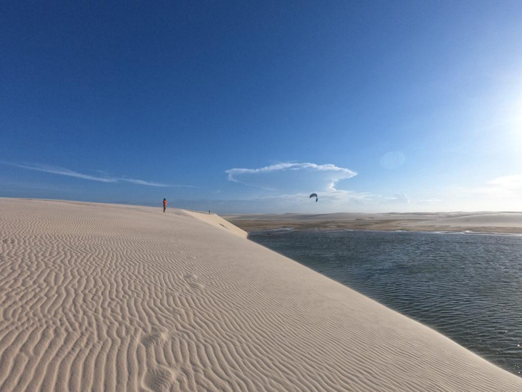 Kite laguna pośród wydm. Kitesurfing jak na środku pustyni.