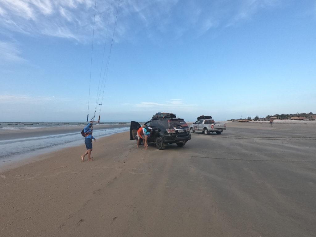 Samochody woziły nas tam, gdzie nie dało się dopłynąć oraz gdzie było to możliwe, zapewniały asekurację jadąc wzdłuż plaży